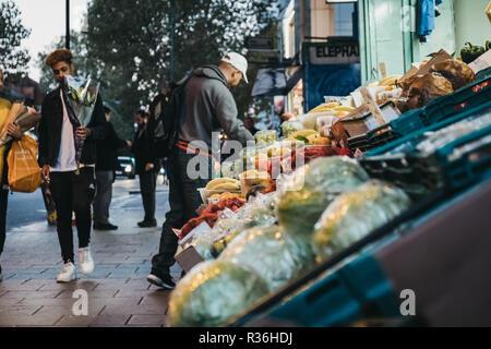 London, Regno Unito - 02 Novembre 2018: la frutta e le verdure fresche in vendita presso un negozio di Londra, Regno Unito. Questi negozi si trovano in tutta la città