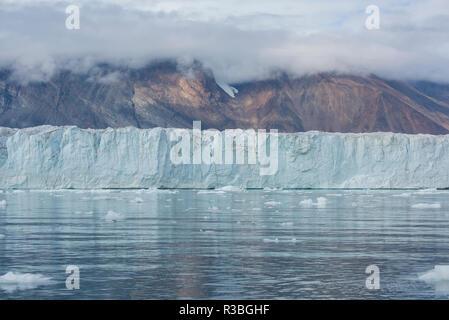 Est della Groenlandia, Scoresbysund, aka Scoresby Sund. Wilson ghiacciaio, faccia del ghiacciaio. Foto Stock