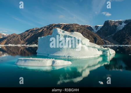 Est della Groenlandia, Scoresbysund, aka Scoresby Sund. New Scenic 5 posti pieni di ghiaccio oer fiordo. Foto Stock