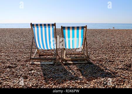Vuoto di due sdraio e un gabbiano sulla Spiaggia di Brighton. Regno Unito