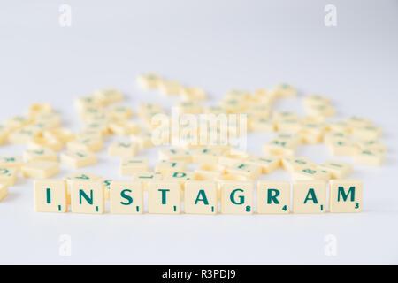 Focus sulla parola 'Instagram' fatto di gioco SCRABBLE lettera di piastrelle con valore di punteggio, piastrelle casuale miscelato fino in background. Profondità di campo. Foto Stock