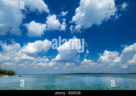 Il Cloud umore in un giorno di estate a Ammersee, Baviera, Germania, Europa Foto Stock