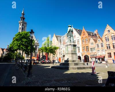 Belgio, Brugge, Fiandre Occidentali, Yan Van Eyck square e statua Foto Stock