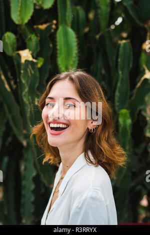 Ritratto di una giovane donna di fronte di cactus Foto Stock