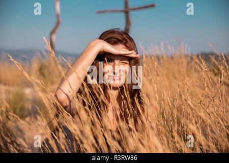 Giovane donna in campagna guardando fuori