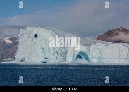 La Groenlandia, Scoresbysund, aka Scoresby Sund, Nordvestfjord. Grandi iceberg con formazione di arco. Foto Stock