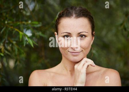 Ritratto di freckled giovane donna in natura Foto Stock