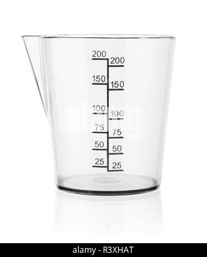 La tazza di misura isolati su sfondo bianco Foto Stock