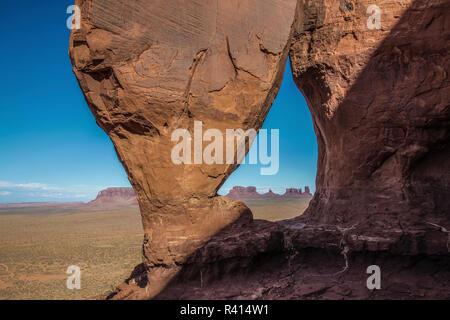 Stati Uniti d'America, Utah, il parco tribale Navajo Monument Valley. Vista attraverso il Lacrima Arch. Credito come: Jim Zuckerman Jaynes / Galleria / DanitaDelimont. com Foto Stock