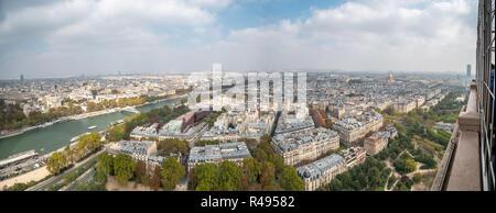 Vista del lato nord della Torre Eiffel. vista città Foto Stock