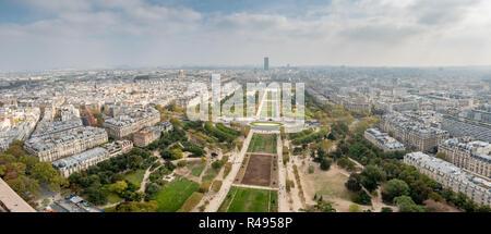 Ampio angolo di panorama di campi di Marte dal lato della Torre Eiffel Foto Stock
