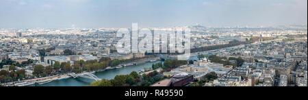 Ampio Panorama del centro cittadino di Parigi dalla Torre Eiffell con la Chiesa Hill in background Foto Stock