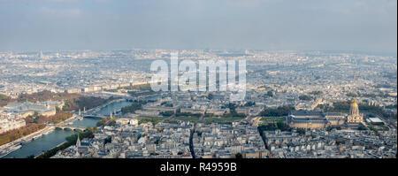 Vista panoramica dell est del centro cittadino di Parigi con una vista del fiume Siene Foto Stock
