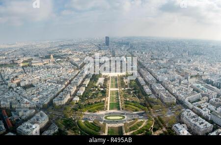 Vista panoramica dalla Torre Eiffel guardando verso sud est a Champ de Mars Foto Stock