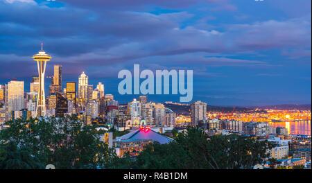 Colorata città di Seattle scape con nuvoloso al tramonto, Seattle, Washington, Stati Uniti d'America. Foto Stock