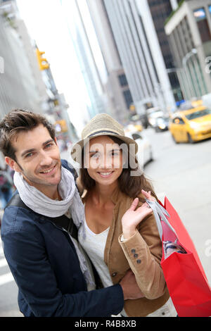 Ritratto di Allegro giovane facendo shopping a Manhattan Foto Stock
