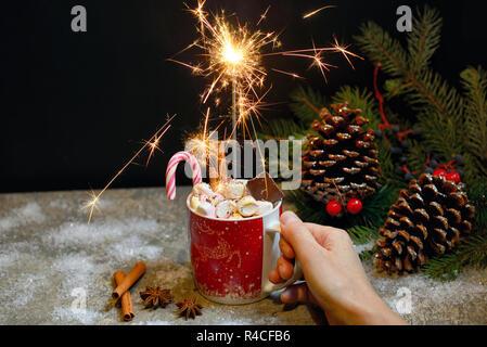Cioccolata calda con mini marshmallow, scintilla e cannella Foto Stock