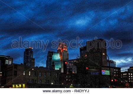 Il centro di Minneapolis skyline notturno, come visto da Washington e terza Avenue nord, nord Loop di Minneapolis