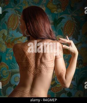 Bella donna con tatuaggio sul suo retro. Foto Stock