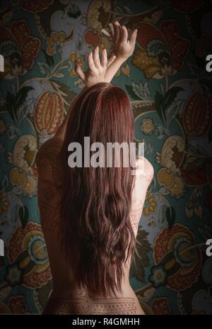 Bella donna con henna tattoo sul suo retro. Foto Stock