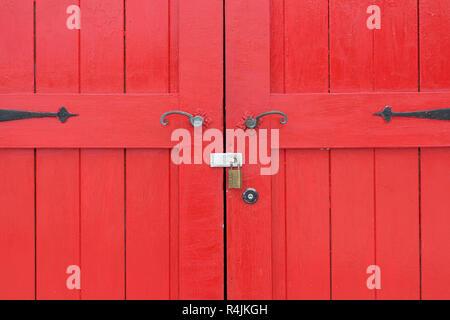 Primo piano della vecchia in legno porta rossa Foto Stock