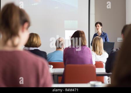 Donna dando la presentazione nell aula magna dell università. Foto Stock