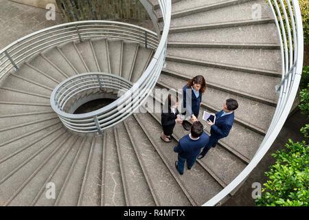 Vista superiore della gente di affari in piedi sul gradino Foto Stock