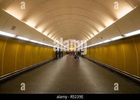 Praga, Repubblica Ceca - 14 Luglio: un corridoio a Praga la stazione della metropolitana di nome Národní třída Foto Stock