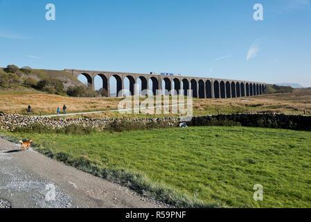 Un velocista treno passeggeri attraversa il viadotto Ribblehead, vicino Ingleton, Yorkshire Dales National Park, Regno Unito