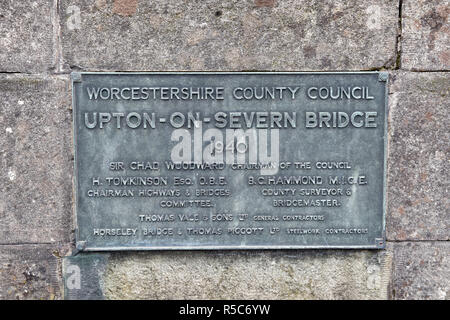 La placca sul Upton-Upon-Severn bridge, noto anche come Upton-On-Severn, preso in Upton-Upon-Severn, Worcestershire, Regno Unito Foto Stock
