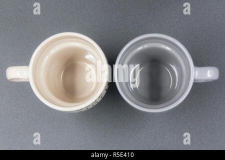 Macro set dettaglio del vuoto di due tazze di caffè con diversi colori dei messaggi Foto Stock