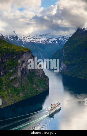 Una nave da crociera naviga attraverso una curva nella drammatica Geiranger Fjord, Geiranger, More og Romsdal, Norvegia