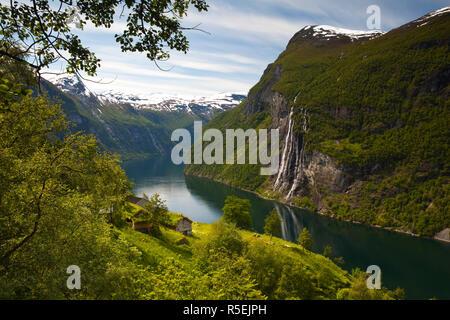 Vecchia fattoria abbandonata e le Sette Sorelle cascata, Geiranger Fjord, Geiranger, More og Romsdal, Norvegia