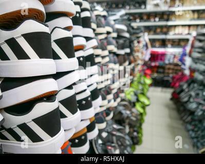Collezione di scarpe sportive sugli scaffali del negozio. Close up Foto  Stock de76e247fc9