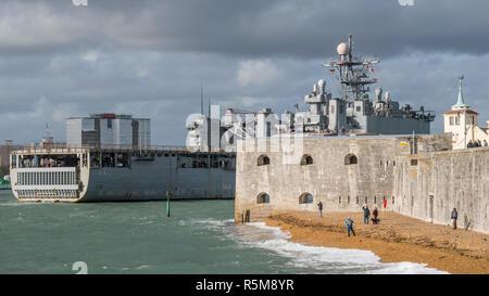 La Marina degli Stati Uniti dock landing ship USS Gunston Hall passando le pareti calde e torre rotonda all'ingresso al porto di Portsmouth, Regno Unito su 9/11/18. Foto Stock