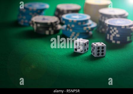 Casinò, il concetto di gioco d'azzardo. Poker chips pali e dadi sul feltro verde sfondo, spazio di copia Foto Stock