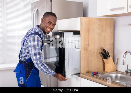 Tecnici africani in generale Forno di installazione Foto Stock