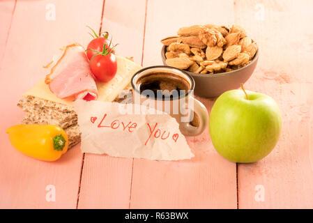 Ti amo messaggio scritto su un foglio di carta Foto Stock