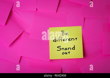 Essere diversi stand fuori testo sul bigliettino giallo Foto Stock