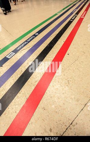 Linee di direzione sulla stazione ferroviaria Foto Stock