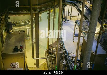 La produzione di birra linea. Attrezzatura per la messa in scena di produzione e di imbottigliamento del prodotto finito