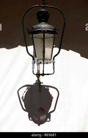 Liston square, città di Corfù, Grecia vecchie lampade lanterna, archi in pietra,i dettagli di architettura, Foto Stock