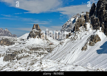 Sentiero escursionistico delle Tre Cime di Lavaredo circolare a piedi nella neve, Dolomiti di Sesto, Alto Adige, Trentino Alto Adige, Italia Foto Stock