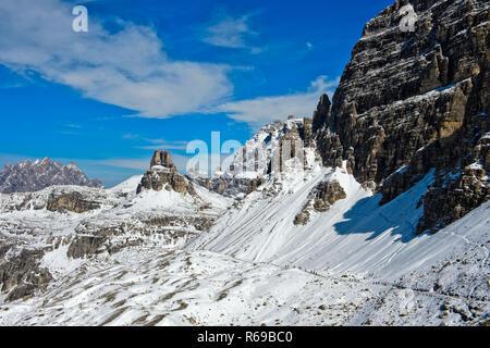 Inverno nelle Dolomiti di Sesto, tre picchi a piedi, Alto Adige, Italia Foto Stock