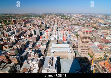 Vista di Johannesburg dal ponte di osservazione in cima al Carlton centro, l'edificio più alto in Africa Foto Stock