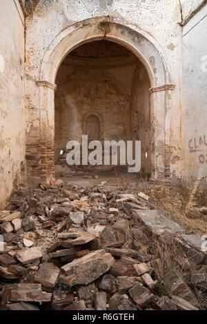 Interno della chiesa in rovina, Monsaraz, Distretto di Evora, Alentejo, Portogallo, Europa Foto Stock