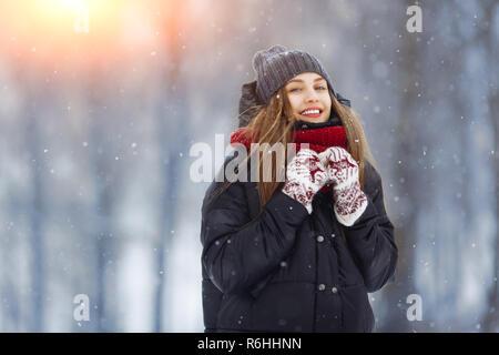 Inverno giovane donna ritratto. Bellezza gioiosa ragazza modello di ridere e di divertirsi nel parco d'inverno. Bella giovane femmina all'aperto godendo di natura, inverno Foto Stock