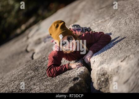 Scalatore di presa su crepe, Malamute, Squamish, Canada Foto Stock