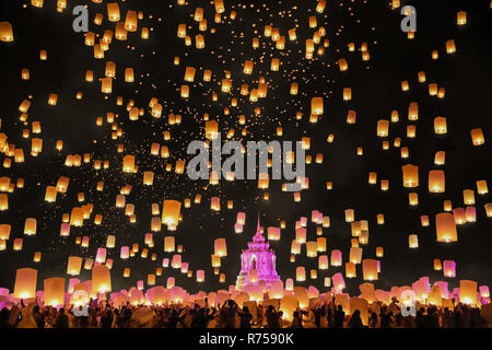 Tourist floating sky lanterne in Loy Krathong festival , Chiang Mai ,Thailandia. Foto Stock