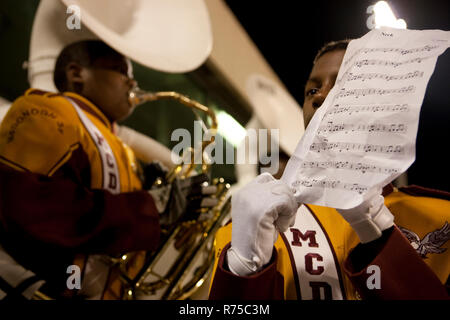 1 Novembre 2007 - New Orleans, Stati Uniti - La McDonogh 35 Roneagles Marching Band eseguire presso un'importante partita di calcio in New Orleans. McDonogh n. 35 Senior High School è stata la prima scuola superiore per afro-americano di alunni nella città di New Orleans, in Louisiana. Prima di 1917, durante l'epoca di segregati sistemi scolastici nel sud degli Stati Uniti, non pubblico di alta scuola esisteva in New Orleans per afro-americano di allievi. Coloro che sono interessati a perseguire un'istruzione oltre l'ottavo grado dovuto partecipare ad uno della città tre private scuole secondarie per i neri. È stato in questo anno 1917 che un g Foto Stock
